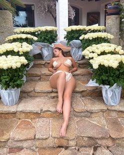 デミ・ローズ「まるでギリシア神話の女神…」バラの花束にまさる美ボディ【画像2枚】の画像
