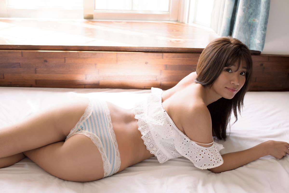 【動画付き】グラビアアイドル・葉月あやが自身のDVD『僕の彼女は葉月あや』を観ながらテレまくる!の画像002