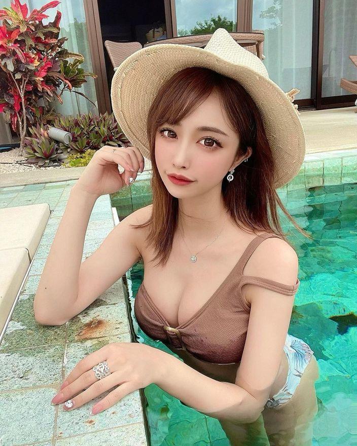 """""""美しすぎるYouTuber""""サキ吉「セクシーな水着姿で美バスト披露」宮古島のプールでお尻が変な形に…?の画像"""