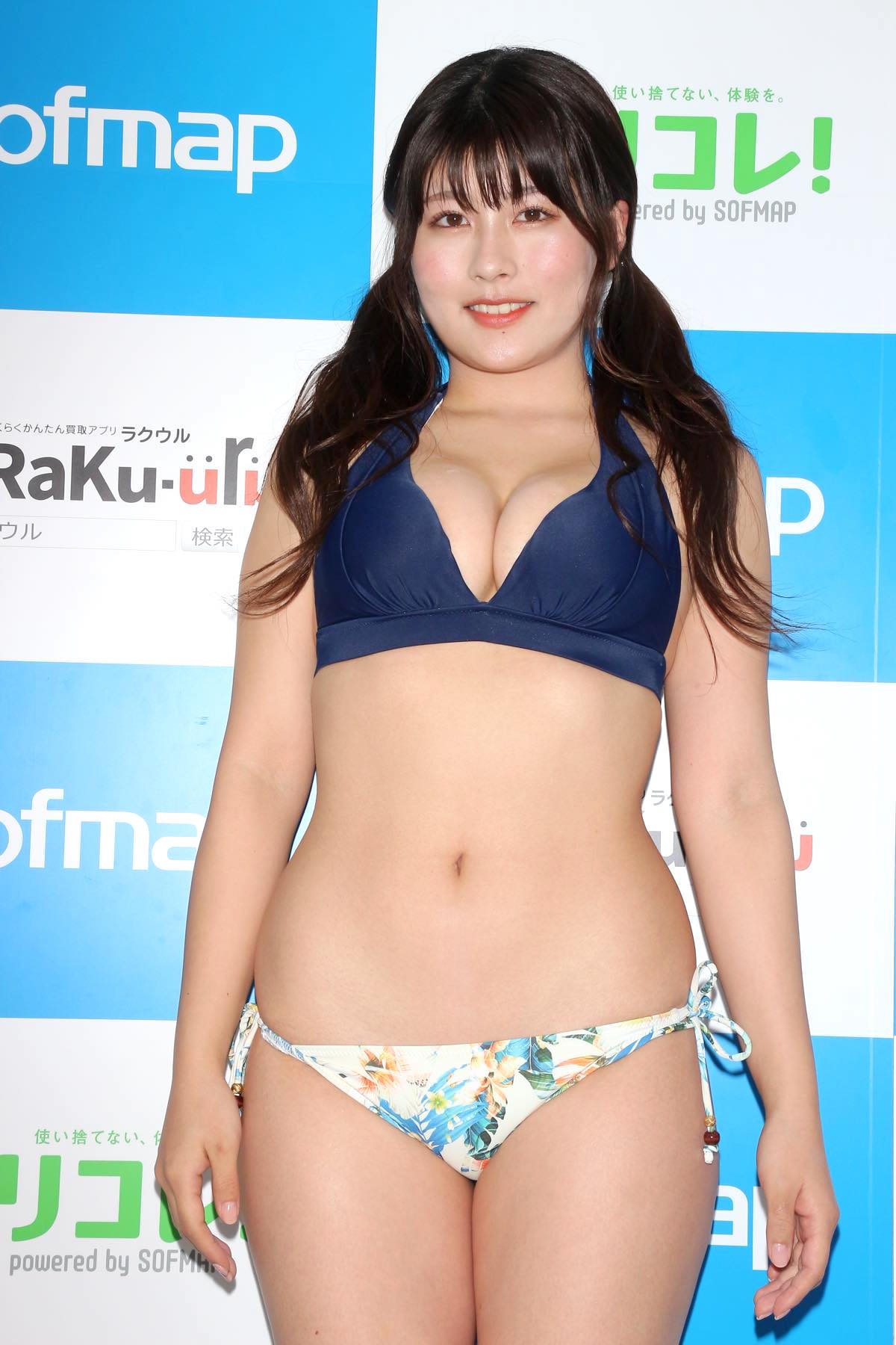 ちとせよしの「むちむちツインテール美少女」競泳水着で温泉入浴の画像004