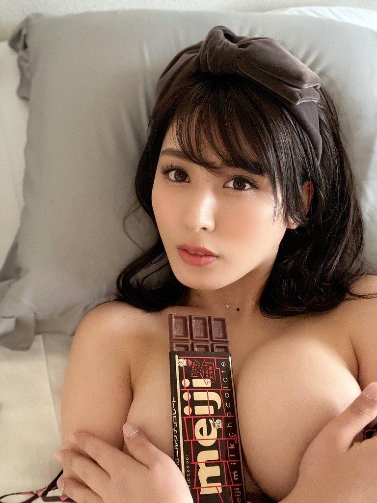 """""""過激グラドル""""金子智美「パイで挟んだチョコ、あげる」甘くて刺激的なバレンタインプレゼント【画像4枚】の画像001"""