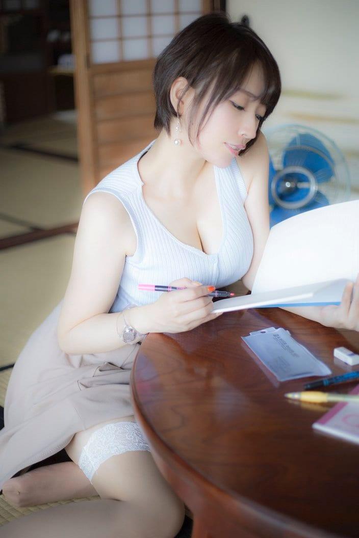 椎名煌「色白バストが気になる家庭教師」勉強が手に付かない!の画像
