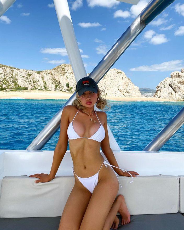 ガブリエラ・エプスタイン「美スタイル際立つ白ビキニ」リゾートで青い海を楽しむ…【画像3枚】の画像