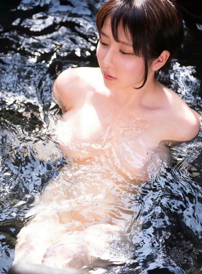 """雨宮留菜「反射して全裸をガード!」露天風呂で""""名人芸""""の一枚の画像"""