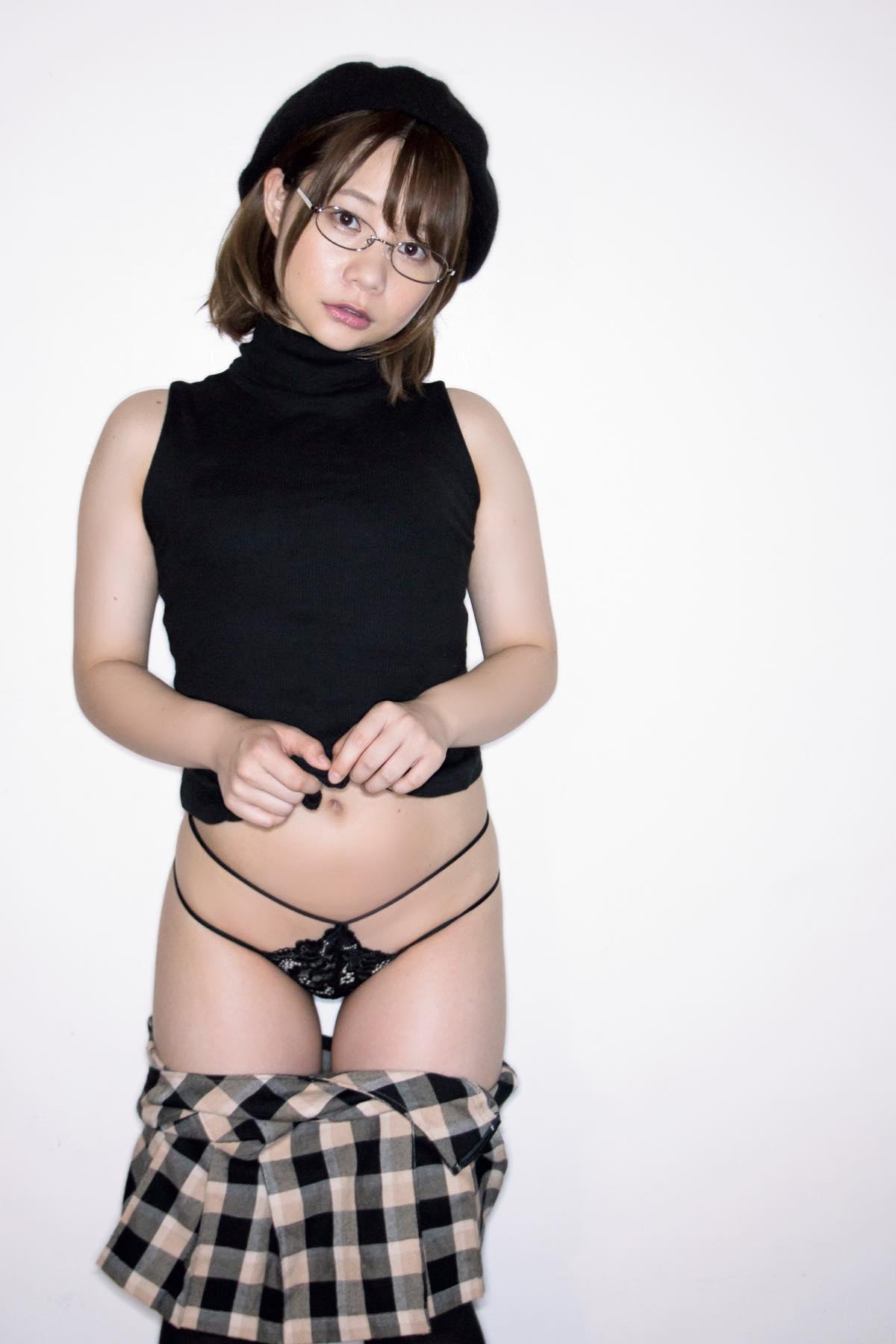 真奈「ちっぱい大人少女」の大胆ポーズ【写真10枚】の画像006