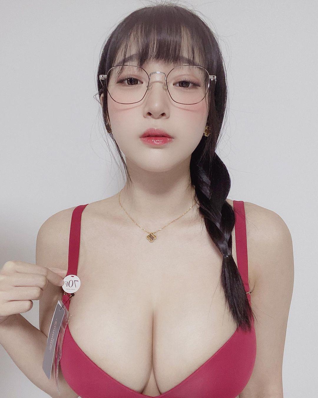 カン・インギョン「メガネ&三編み姿がかわいい」大きなバストに目が…【画像2枚】の画像001