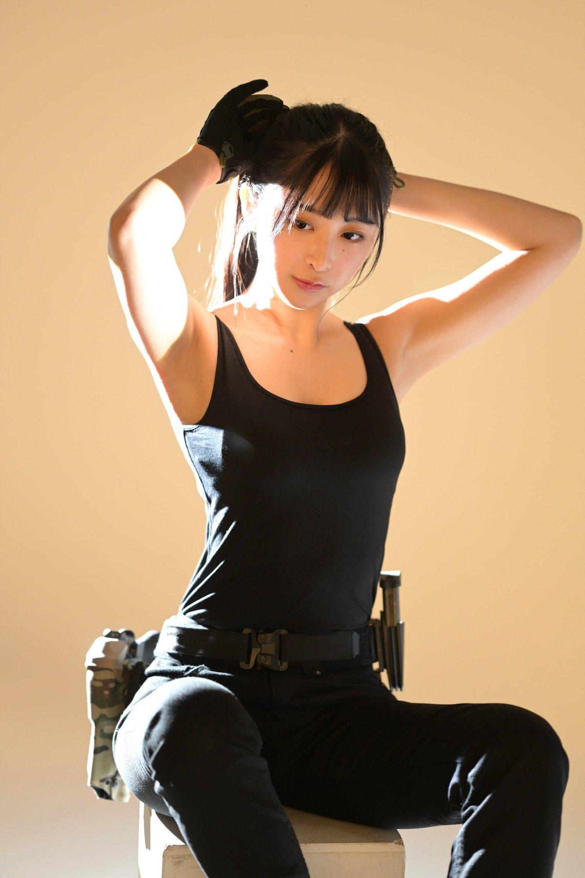「タンクトップで銃撃戦!?」真島なおみが『月刊アームズ・マガジン』表紙に登場!【画像10枚】の画像007