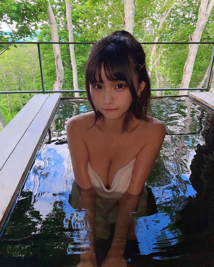 """""""エロ可愛いの最前線""""YouTuberみもれもんがニセコの温泉で柔らかそうなバストを…【画像3枚】の画像"""