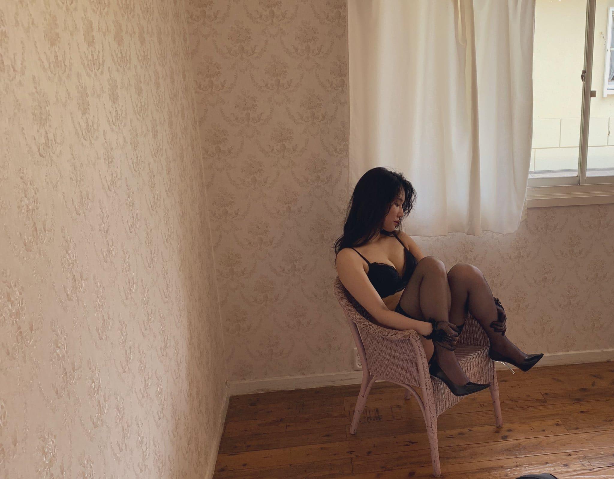 元AKB48鈴木まりや「オトナな黒のランジェリー姿にドキッ」写真集撮影のオフショットを公開【画像2枚】の画像001