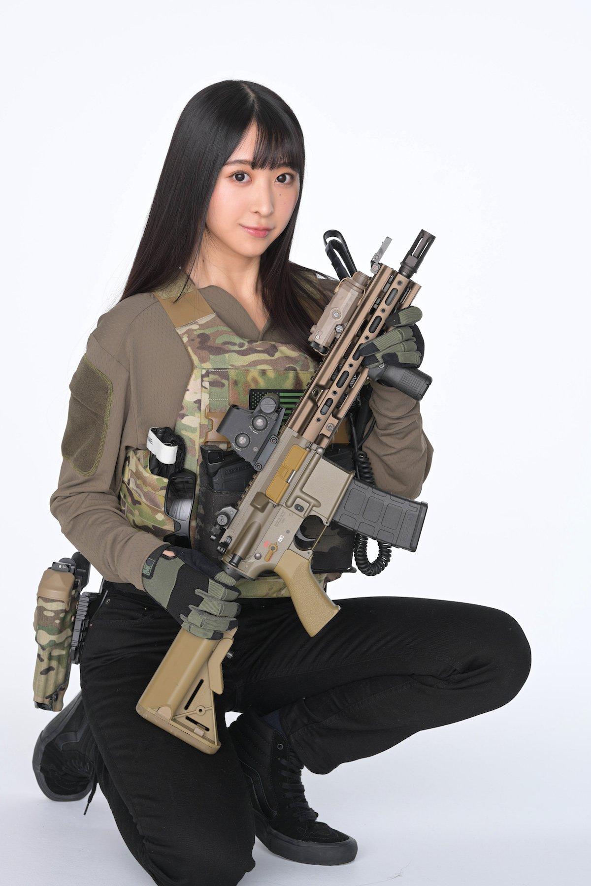 「タンクトップで銃撃戦!?」真島なおみが『月刊アームズ・マガジン』表紙に登場!【画像10枚】の画像004