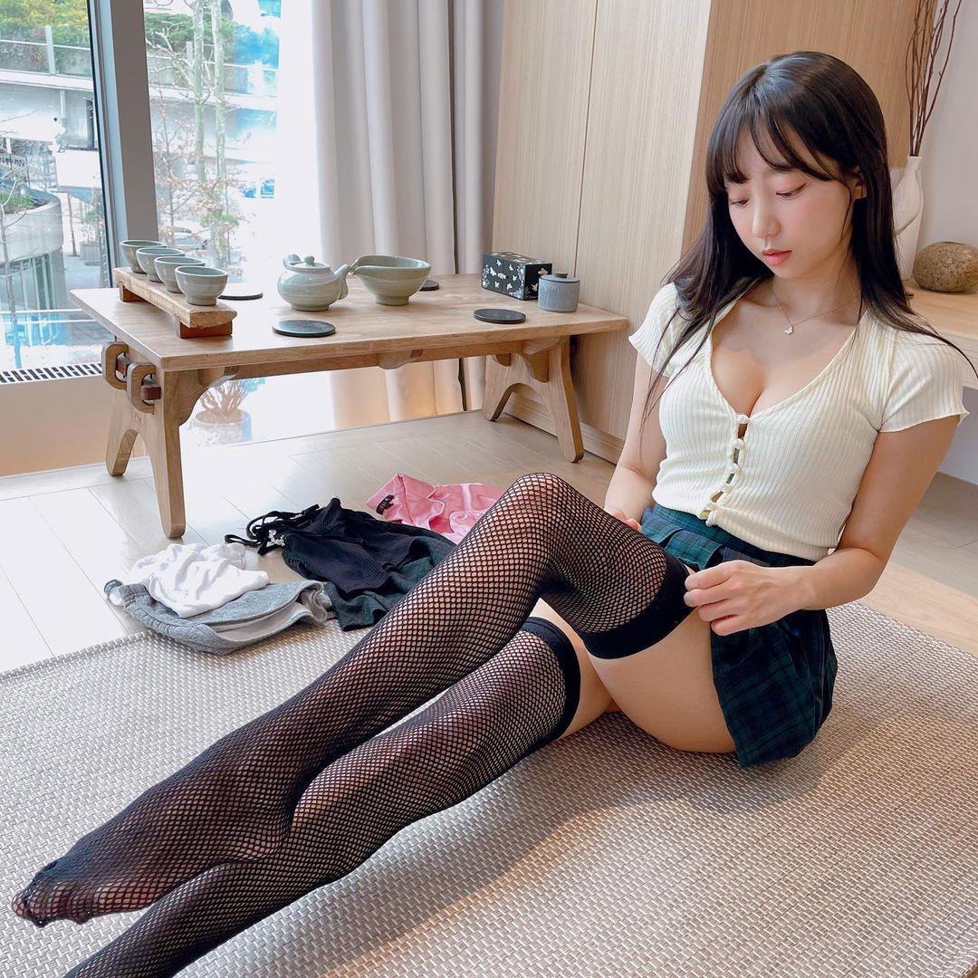 ピョ・ウンジ「下着姿でたくさんのソックスを…?」美脚をこれでもかと堪能できる【画像3枚】の画像003