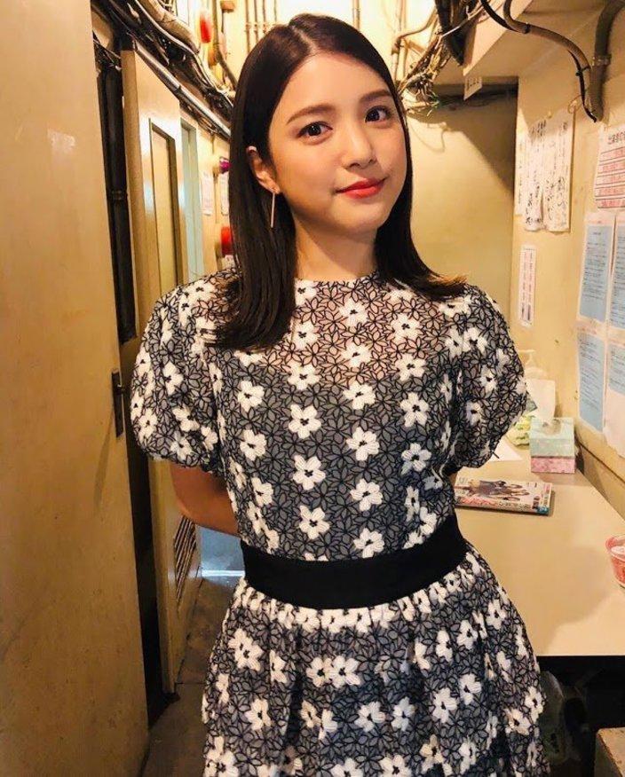 川島海荷「美肌つやつやで可愛い!」花柄ドレスにファン歓喜【画像2枚】の画像