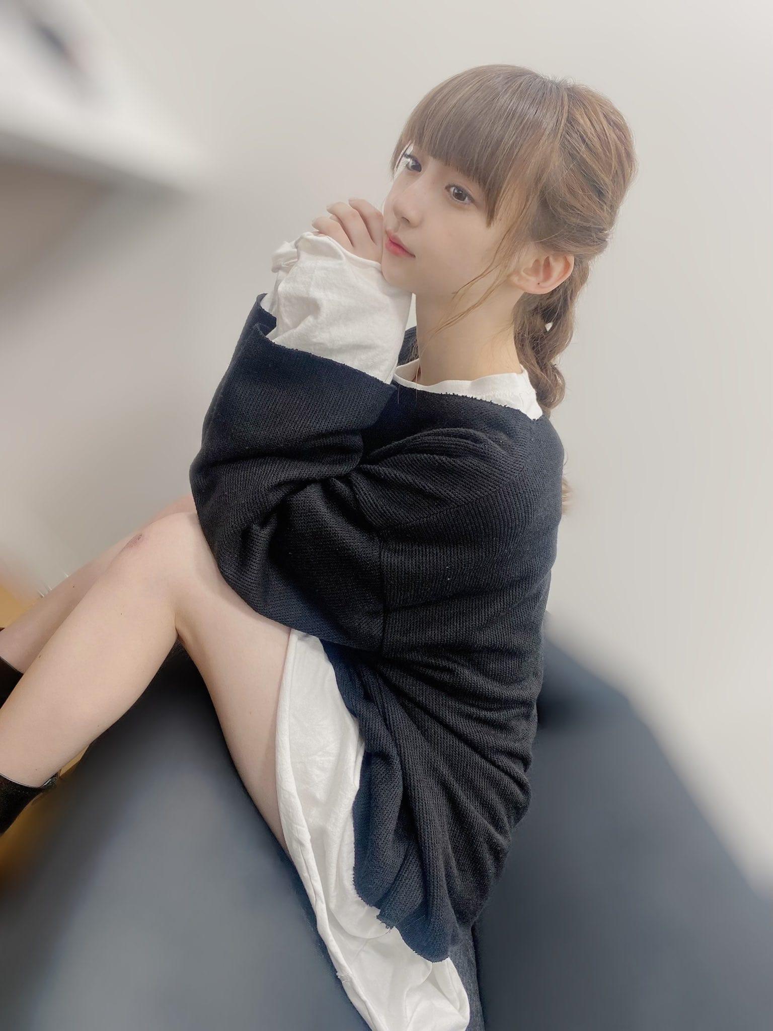 NGT48荻野由佳「あざとすぎる美ふとももッ!」罰ゲームで膝の上に物を…?【画像2枚】の画像002