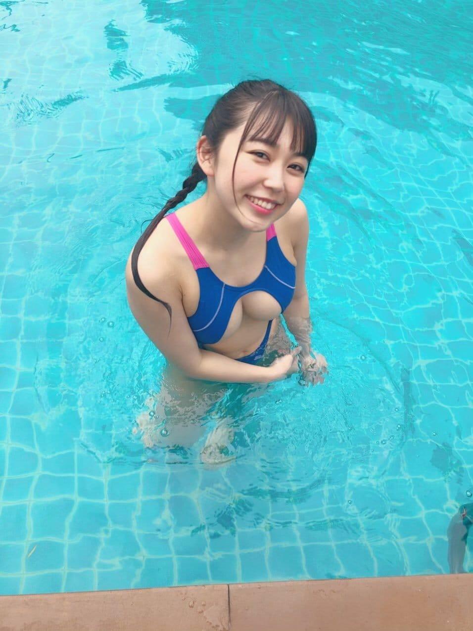能美真奈「胸元ガラ空きの競泳水着」泳いだらポロリしちゃいそう!【画像3枚】の画像002
