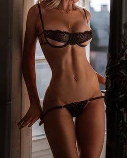 ガブリエラ・エプスタイン「妖艶な変形ランジェリー」もしかして脱ごうとして…?【画像2枚】の画像