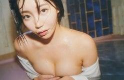 """Gカップ""古河由衣「溢れるバストを隠して入浴」照明で美肌が鮮明に!の画像"