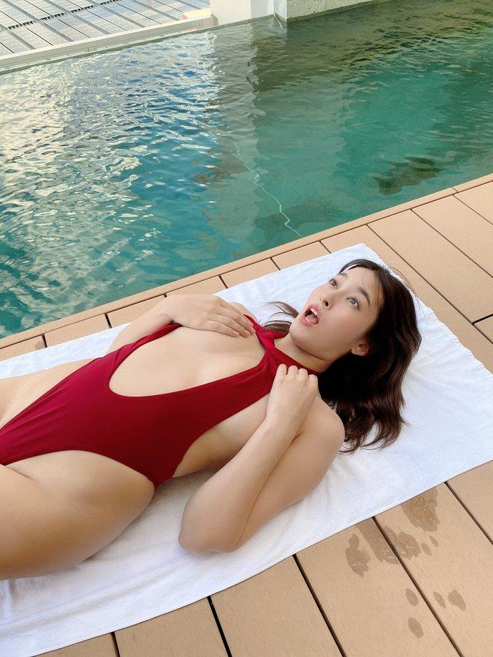 元AKB48平田梨奈「右バストがぽろり?」プールサイドのおもしろ&セクシー写真でお題募集の画像