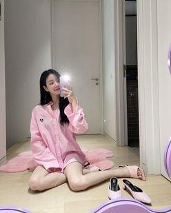 """""""韓国女優""""イ・ユビ「どっちが好きかな?」彼シャツ姿でスラリ伸びた美脚が眩しい…【画像6枚】の画像"""