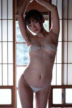 """""""ちっぱい娘""""西永彩奈「堂々たる眼帯ブラ姿」美スタイルを公開の画像"""