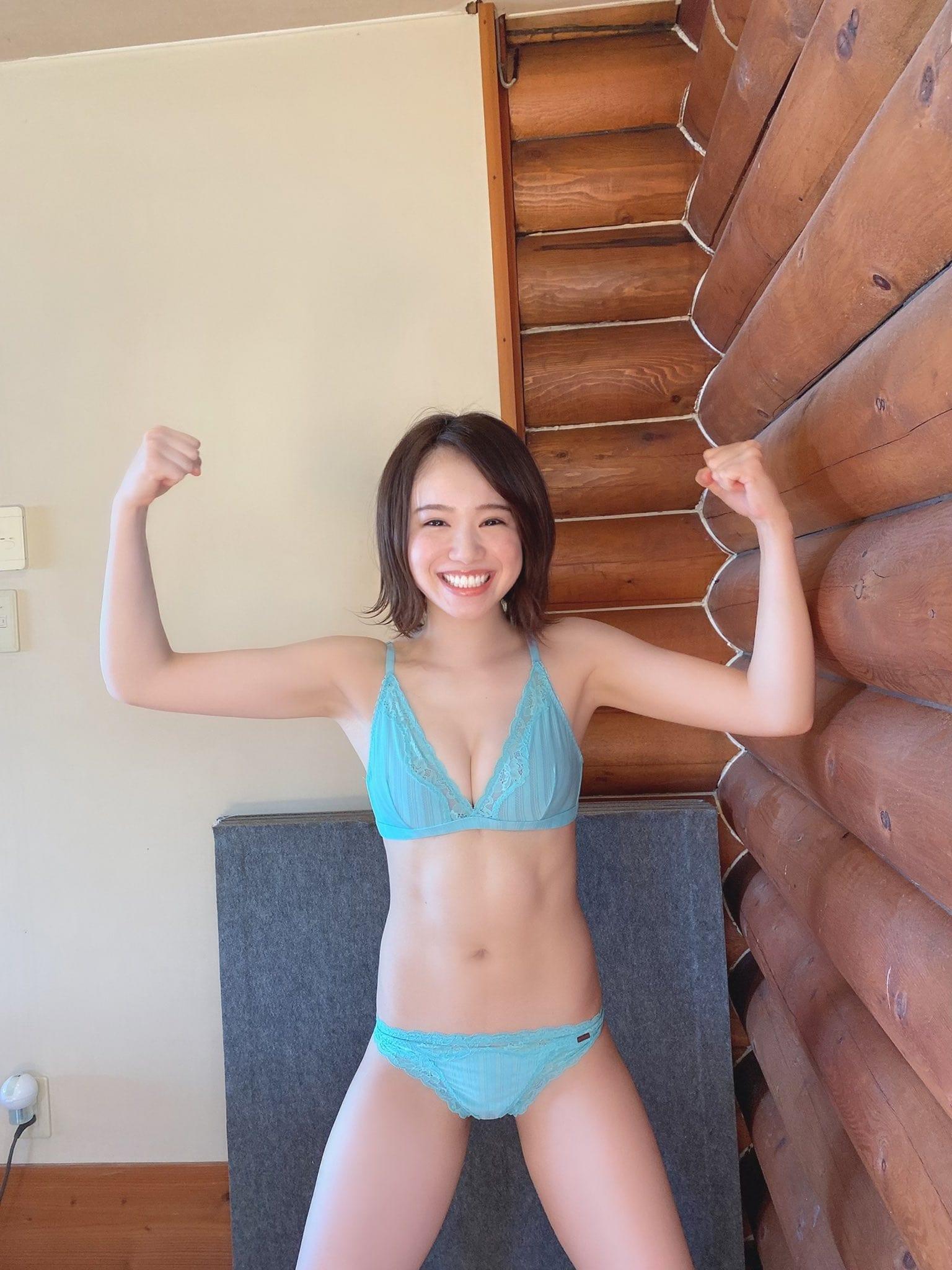 NMB48水田詩織「セクシー&腹筋がすごい…」雑誌グラビアのオフショット公開にファン感嘆【画像2枚】の画像002