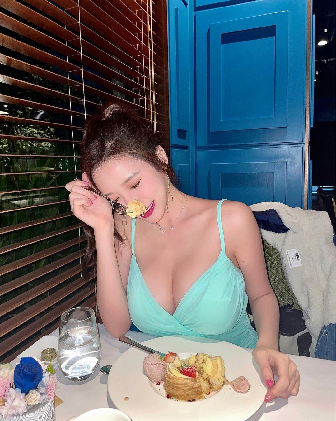 アンバー・ナ「大きすぎて机にバストが…」生放送前のセクシー・ディナーの様子を公開【画像3枚】の画像002