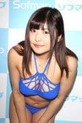 綾瀬凛「こ、ここが開いてる」変形競泳水着に四苦八苦!?【写真27枚】の画像014