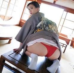 美尻女王・朝比奈祐未「女将姿で初お尻見せ」円熟味を増す見返りショットの画像