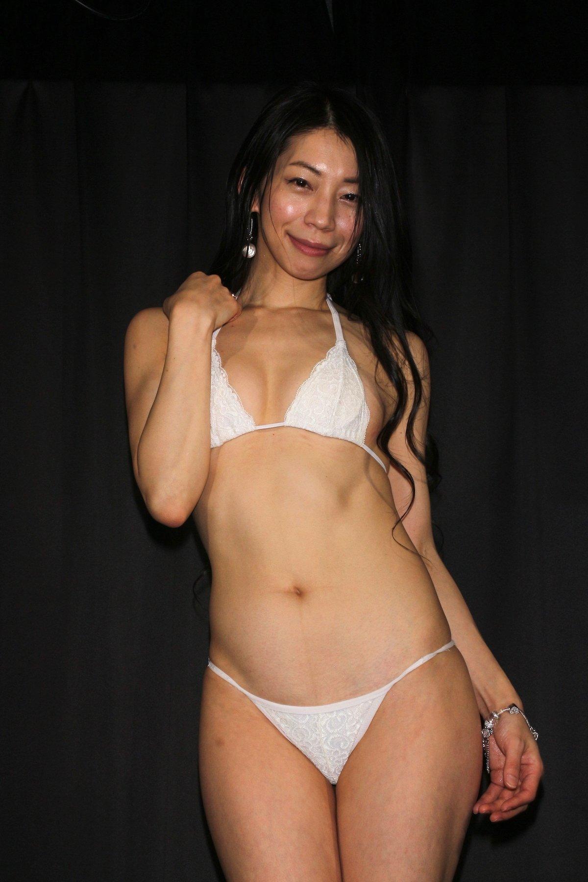 岩崎真奈「ベンチの縁にこすったり」私史上最高にセクシー【画像50枚】の画像005