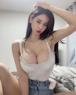 韓国モデル・キャンディ「豊満なバストが零れ落ちそう…」プライベート感あるキャミ&ホットパンツ【画像2枚】の画像