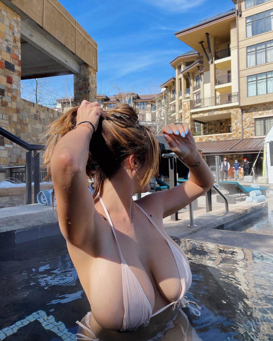 ダニエル・アヤラ「零れ落ちそうな極小ビキニ…」温水プールでウォッカをぐいっと【画像4枚】の画像003