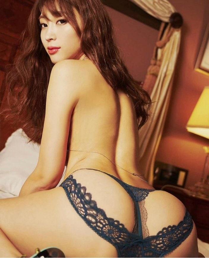 森咲智美「お尻丸出し」変形ランジェリーで強調ポーズの画像