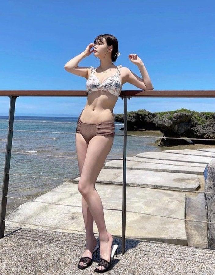 井口綾子「眼福のシン・モッツァレラボディ」久々のグラビア投稿に歓喜!【画像2枚】の画像