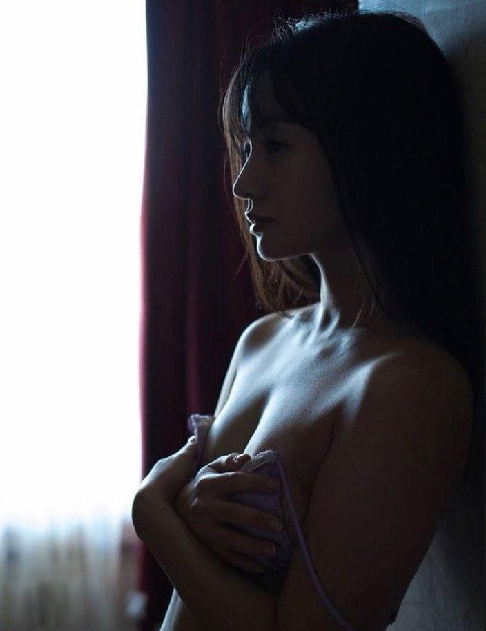 """""""ちっぱい美女""""西永彩奈「ブラを外してバストを解放?」暗闇に色気が漂うの画像"""