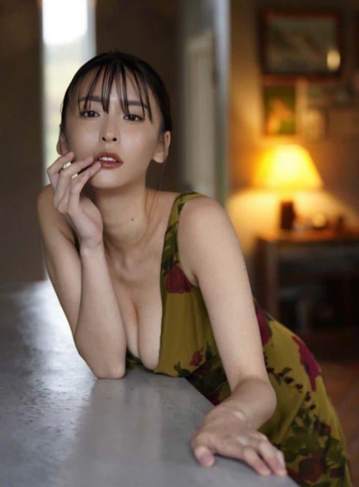 """""""G乳""""奈月セナ「谷間ザックリの妖艶ドレス」こんな美女に誘惑されたいの画像"""
