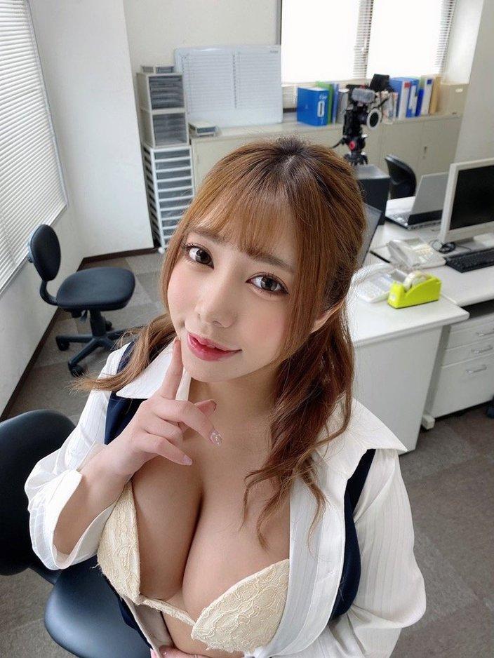 """""""ロケット乳""""夢見るぅ「OLがシャツを脱いで……」オフィスでセクシー社交辞令【画像2枚】の画像"""
