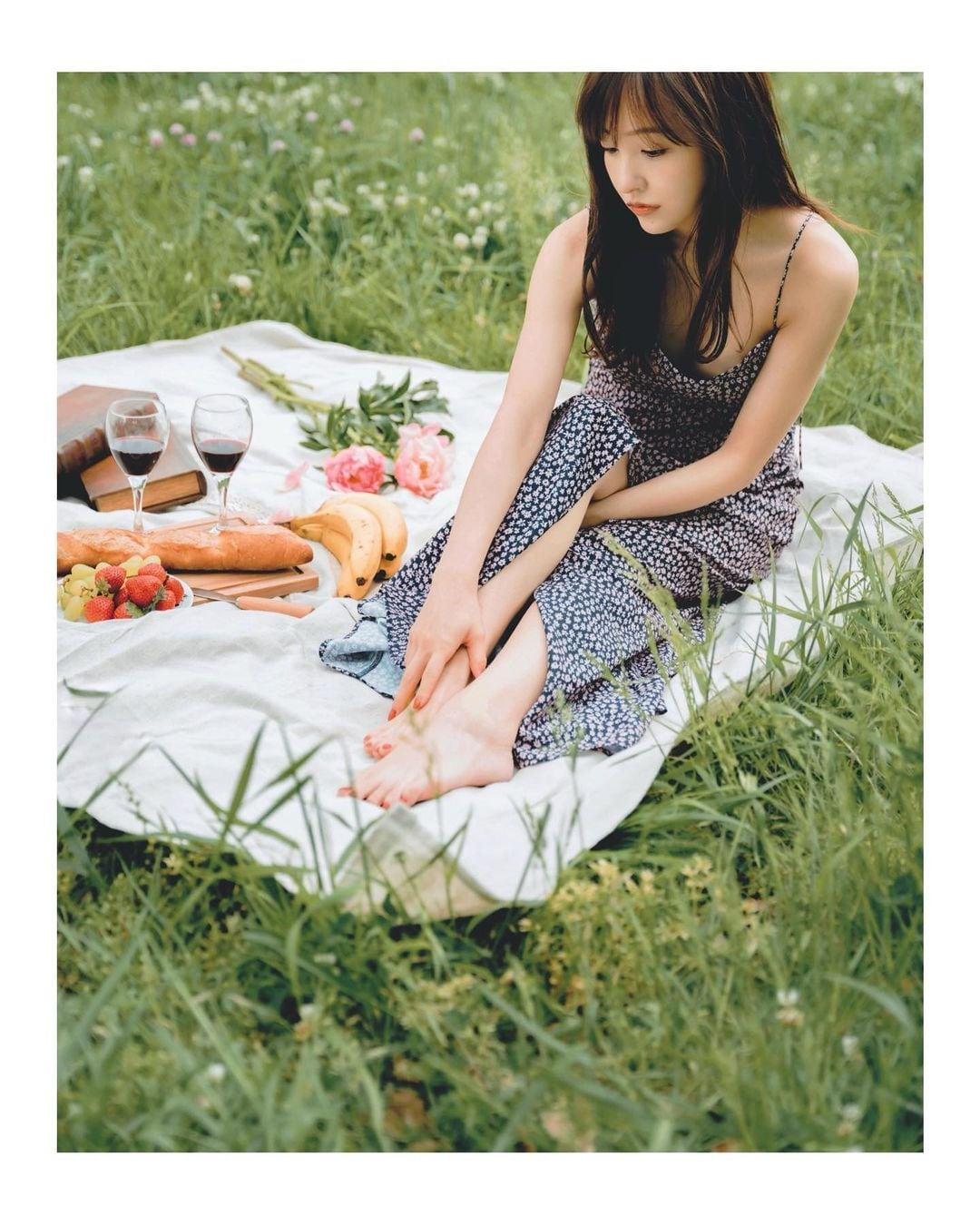 板野友美「胸元セクシーなキャミワンピ」ピクニックの様子を公開【画像4枚】の画像004