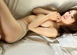 """""""国民的巨乳美女""""フミカ「腕からこぼれそうな美バスト」ベッドで色気ムンムンの表情の画像"""