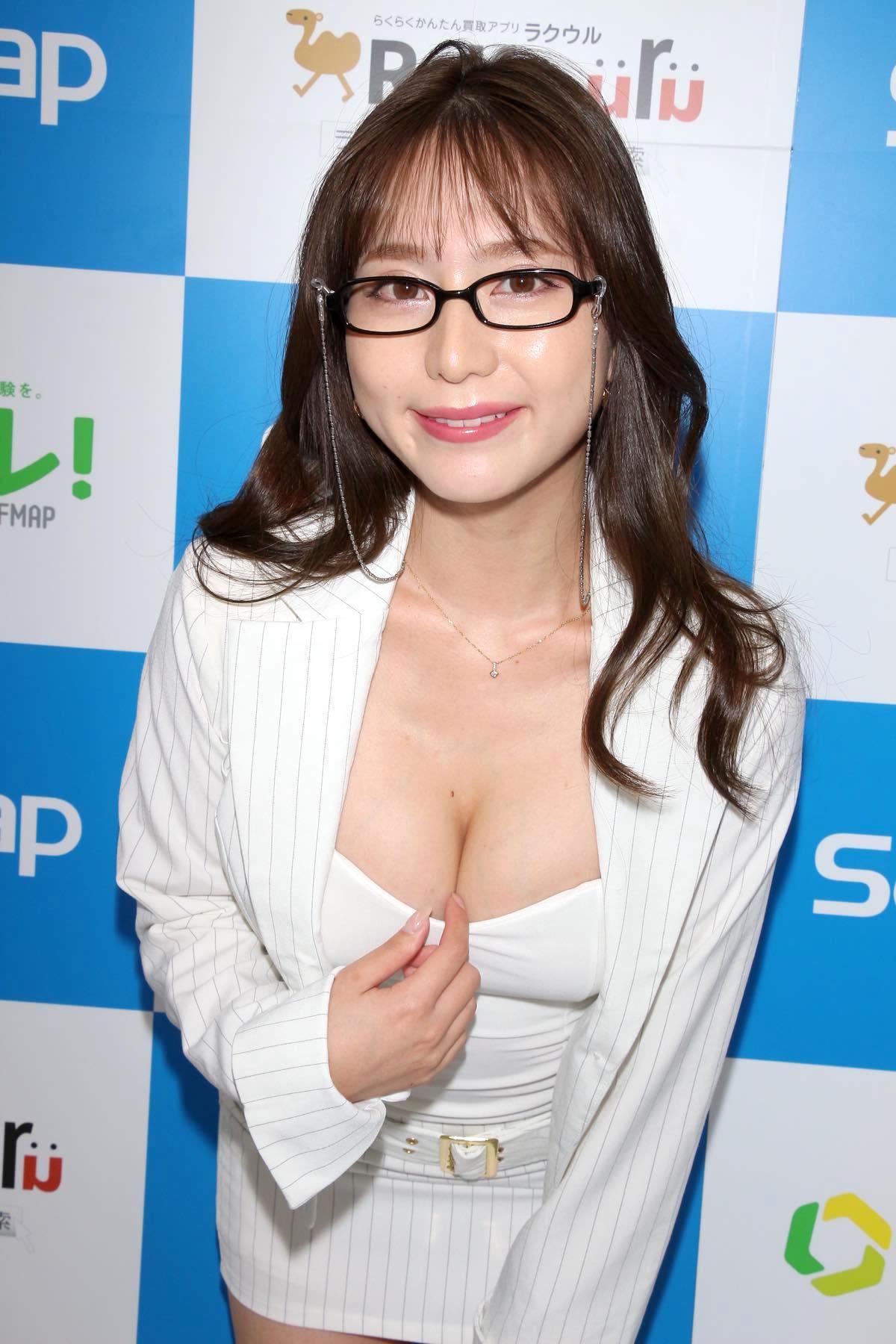 堀尾実咲「シャツの下は着てないの」危ない撮影に挑戦【写真42枚】の画像024