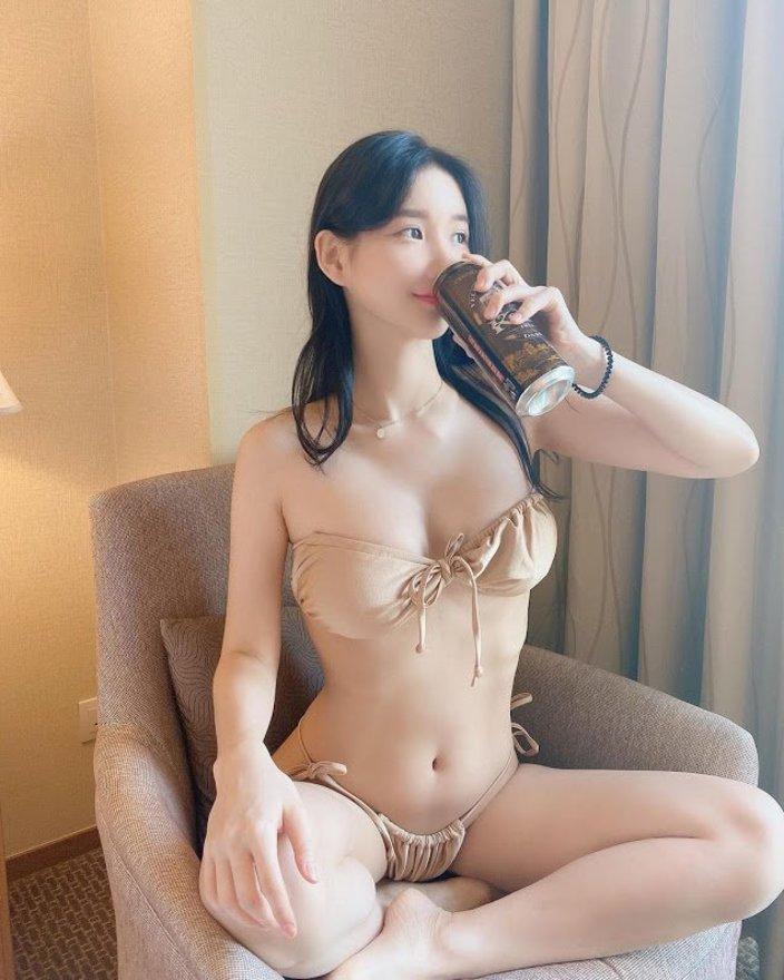 DJミユ「けしからんボディ&ビキニ!」ソファでビールをぐびぐび…【画像2枚】の画像