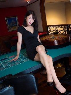 看護師・瀬山しろ「美脚が眩しすぎる…」色気ムンムンのカジノガールに!【画像4枚】の画像