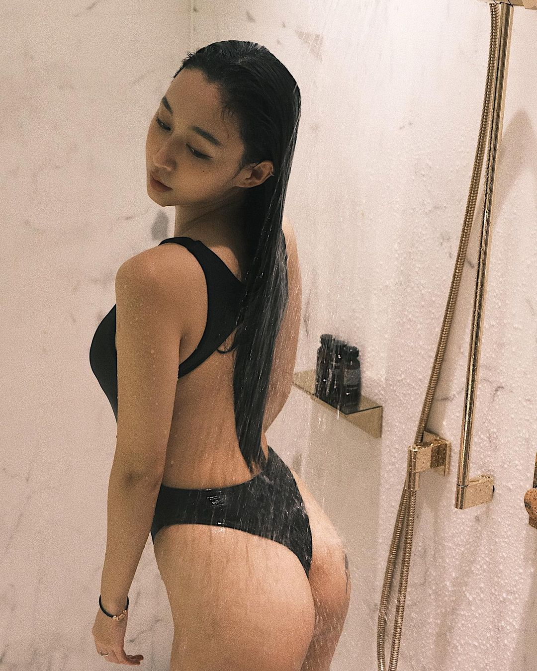 DJラク・イー「美尻が水を弾いて…」ハイレグ姿でのシャワーシーンを解禁【画像5枚】の画像004