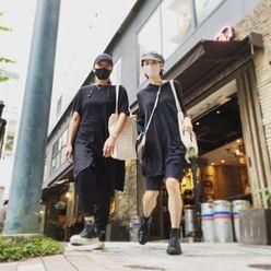 高岡早紀「47歳の美脚チラ!」私服姿でミーティング後にうきうきスキップの画像
