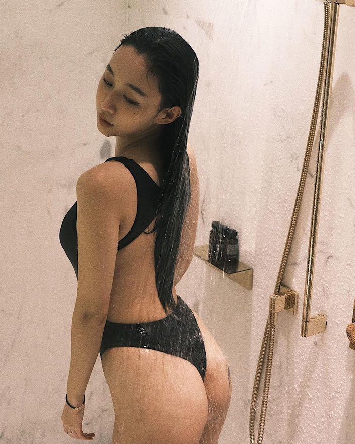 DJラク・イー「美尻が水を弾いて…」ハイレグ姿でのシャワーシーンを解禁【画像5枚】の画像