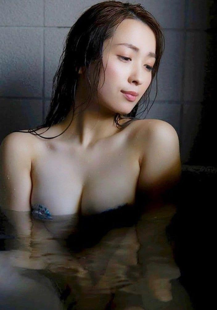 """""""むっちりグラドル""""殿倉恵未「扇情的な入浴ショット」バストがほぼ丸見えの画像"""