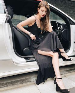 マギー「スタイル際立つ黒ドレス!」オトナな美脚でファン魅了【画像5枚】の画像
