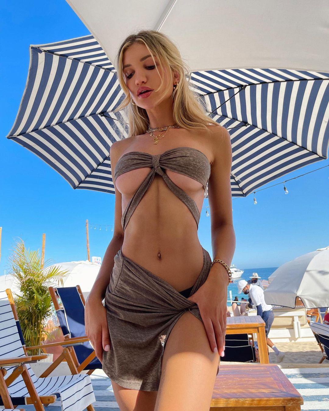 ガブリエラ・エプスタイン「美麗すぎる下乳が最高!」変形水着で浜辺を…【画像2枚】の画像001