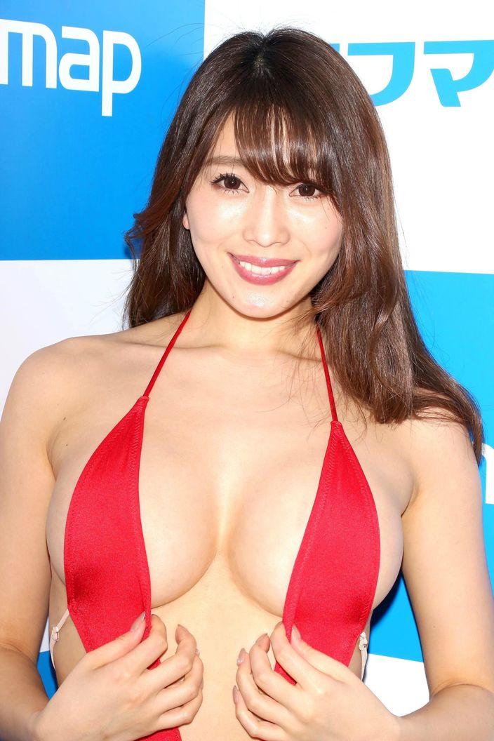 1位 森咲智美「下乳も横乳も谷間も」超Vレグで全開に!【写真21枚】