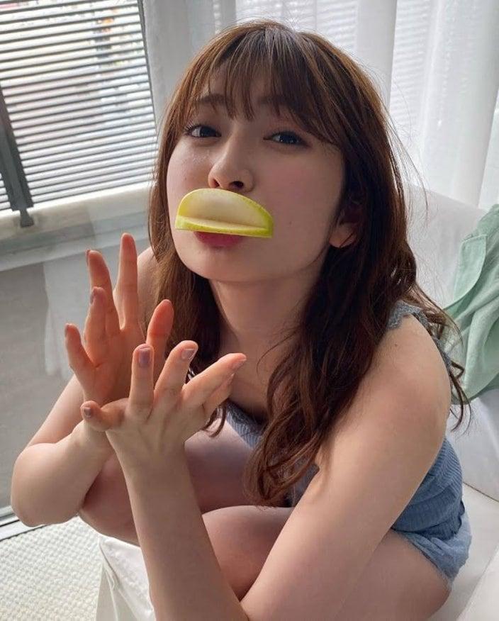NMB48吉田朱里「露出度高めでおふざけ!」雑誌掲載のオフショットを披露【画像3枚】の画像