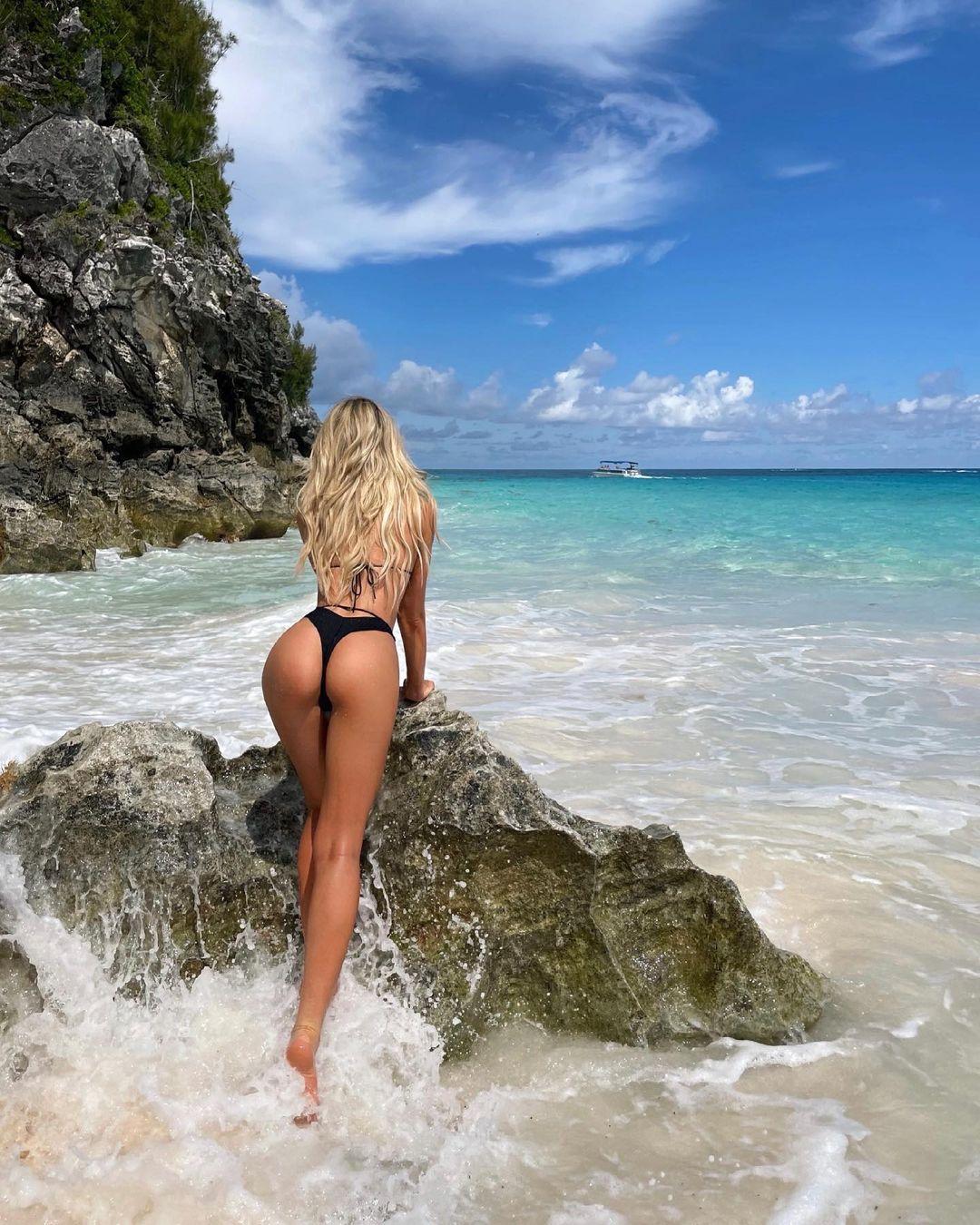 ガブリエラ・エプスタイン「小麦色の肌がゴージャス」バルミューダ島で変形黒ビキニ披露【画像2枚】の画像002
