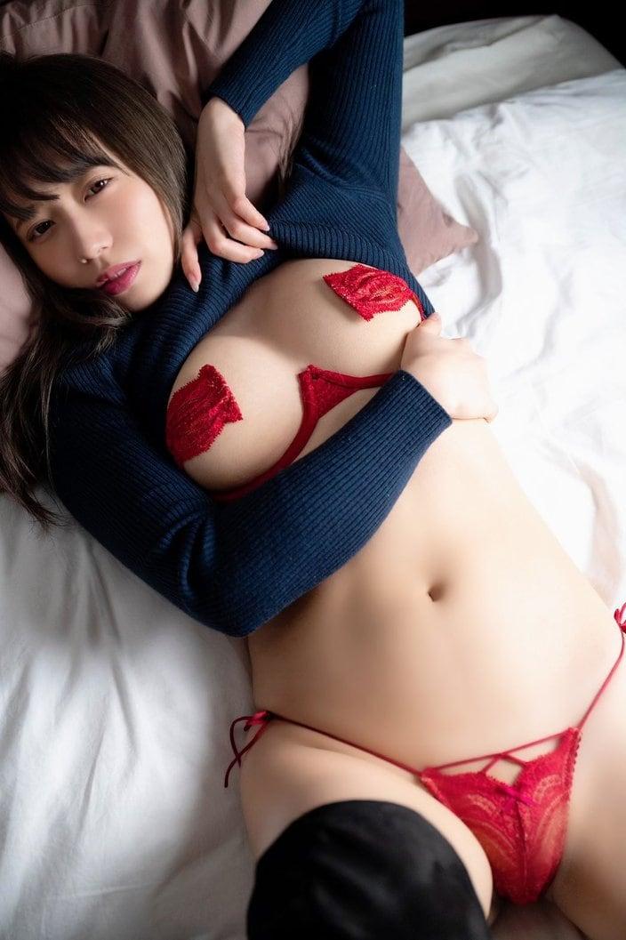 """""""軟体ボディ""""桜りん「刺激的なまん丸バスト」胸の形がクッキリ!の画像"""